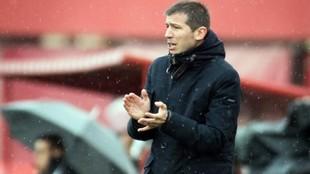 Albert Celades anima a sus jugadores durante el Mallorca-Valencia