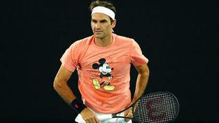 Federer luce una camiseta de Mickey en un entrenamiento