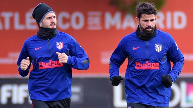 Koke y Diego Costa realizando un trote.