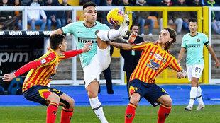 Lautaro controla un balón ante la oposición de los defensas del...