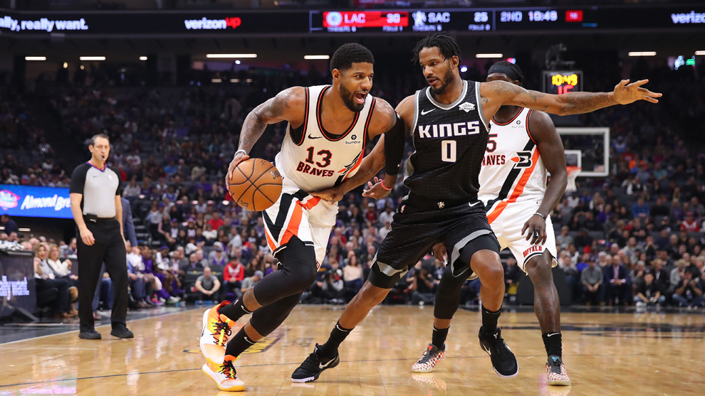 Trevor Ariza en duelo con Paul George en la NBA.
