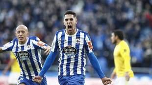 Sabin Merino celebra junto a Mollejo el gol del Deportivo al Cádiz