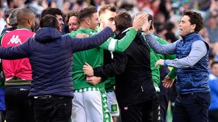 Rubi felicita a sus dirigidos tras la victoria del Betis.