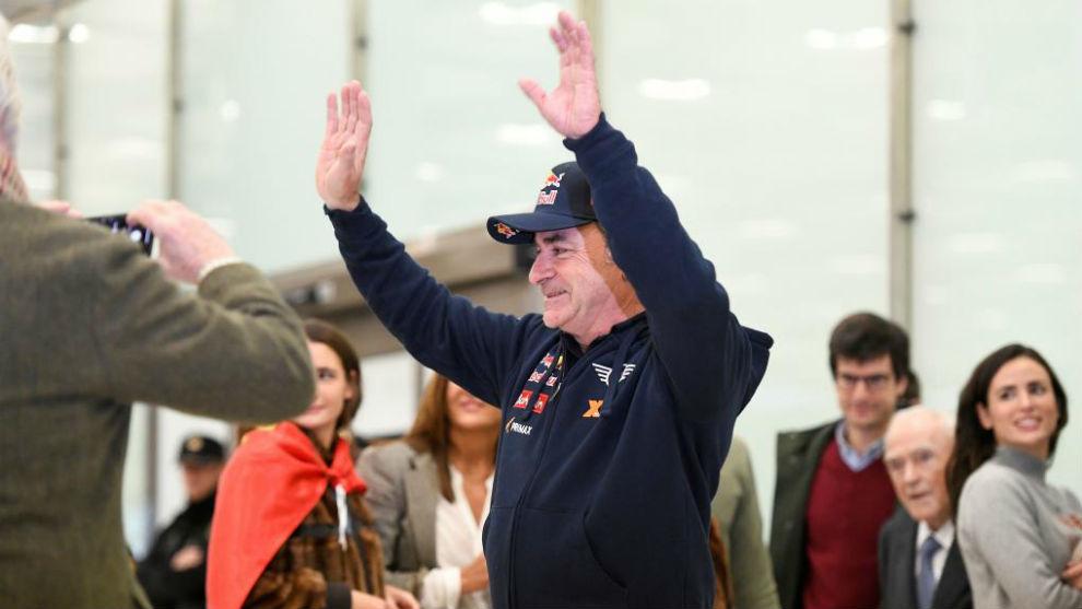 Carlos Sainz saluda a sus aficionados, con su mujer, sus hijas y su...