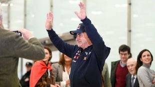 Carlos Sainz saluda a sus aficionados, con su mujer y sus hijas...