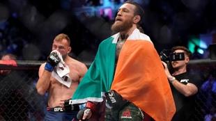 Conor McGregor con la bandera de Irlanda tras la victoria.