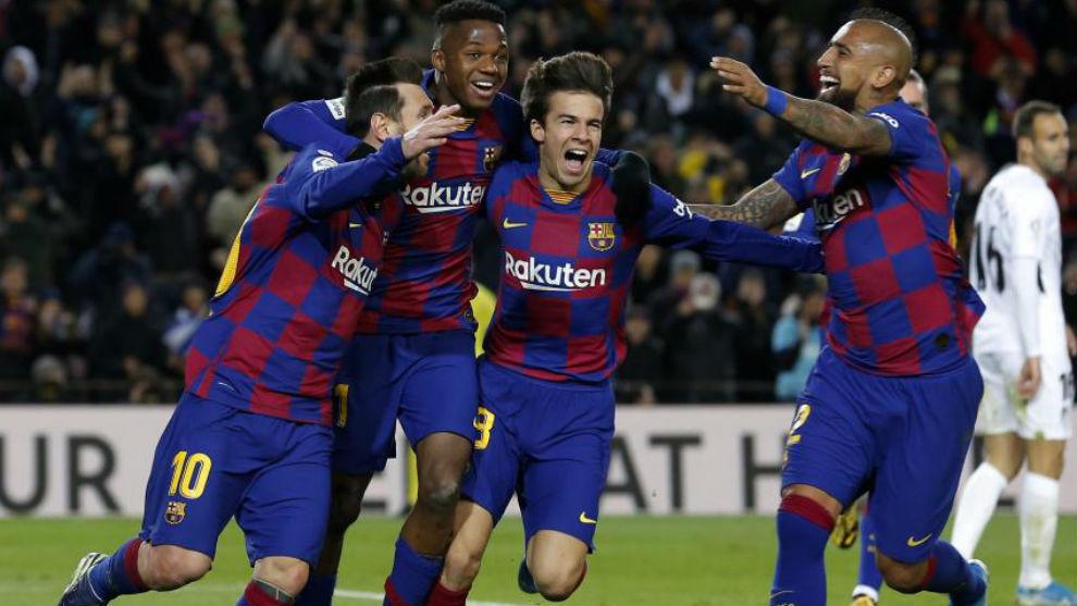 Los jugadores del Barcelona celebran el gol del Barcelona.