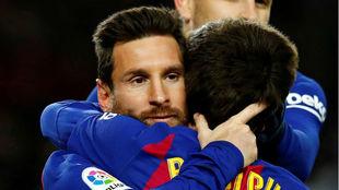 Messi se abraza a Riqui Puig