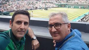 Nacho Muñoz, al lado del fisioterapeuta Luis Badal en Wimbledon