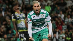 Diego Valdés celebra la anotación.