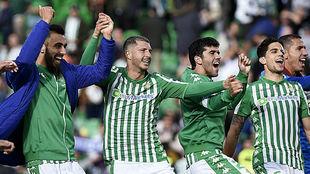 Borja, Guido, Aleñá y Bartra celebran el triunfo ante la Real.