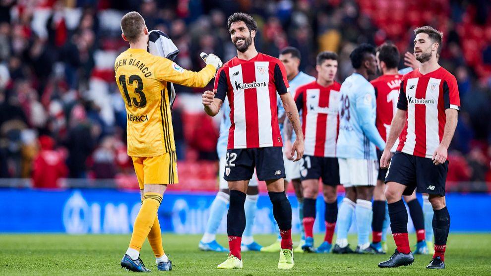 Raúl García saluda a Rubén Blanco, portero del Celta, tras el...