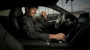 Andrés Velencoso, al volante del BMW M850i xDrive Coupé.