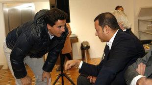 Anil Murthy habla con Jorge López en un acto del club.