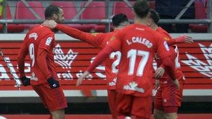 Higinio se abraza a Curro tras el gol de éste al Sporting.