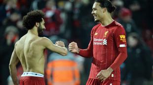 Salah y Van Dijk se saludan tras el gol del egipcio al United