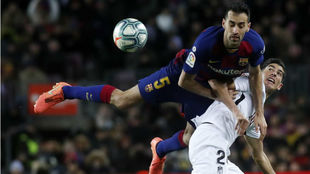 Busquets salta en busca de un balón en el partido frente al Granada.