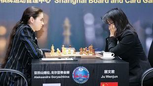 Wenjun y Goryachkina, durante la partida
