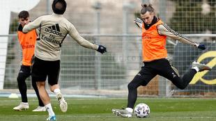 Bale chuta en el entrenamiento.
