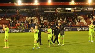 Los jugadores del Almería celebran su triunfo en Almendralejo que les...
