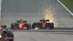 El momento del famoso choque entre los dos pilotos de Ferrari
