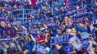 Aficionados del Getafe animan al equipo en un partido.