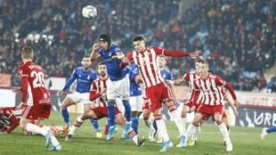 Luismi, con su casco, durante el partido que el Oviedo jugó ante el...