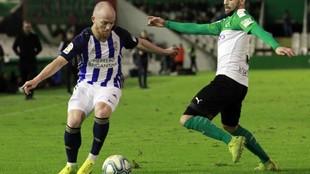 Isi, con el balón, durante el partido que la Ponferradina jugó en...