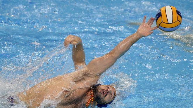 Felipe Perrone intenta alcanzar un balón.
