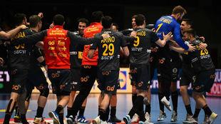 Los jugadores españole celebran la vitoria y el pase a semifinales /
