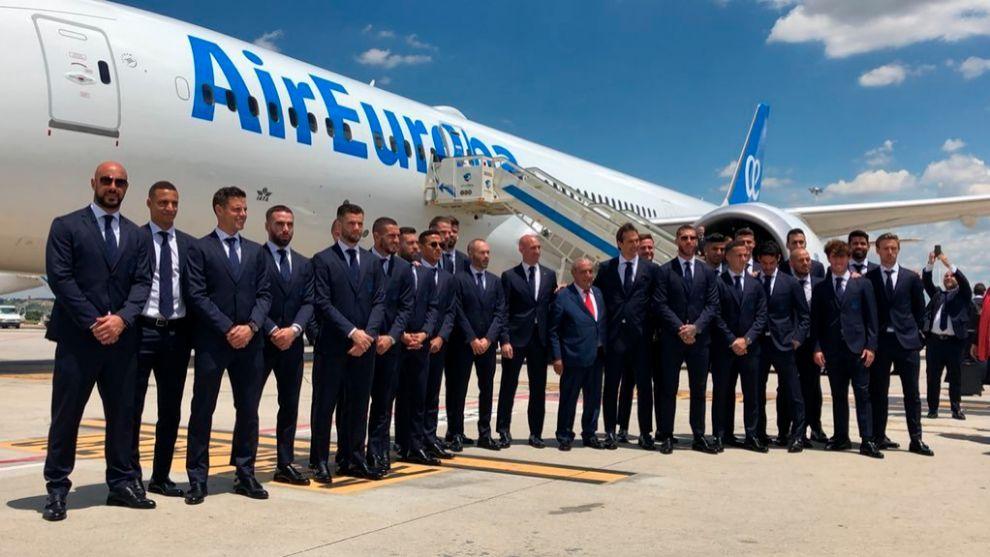 La selección española posa delante del avión que le trasladó al...