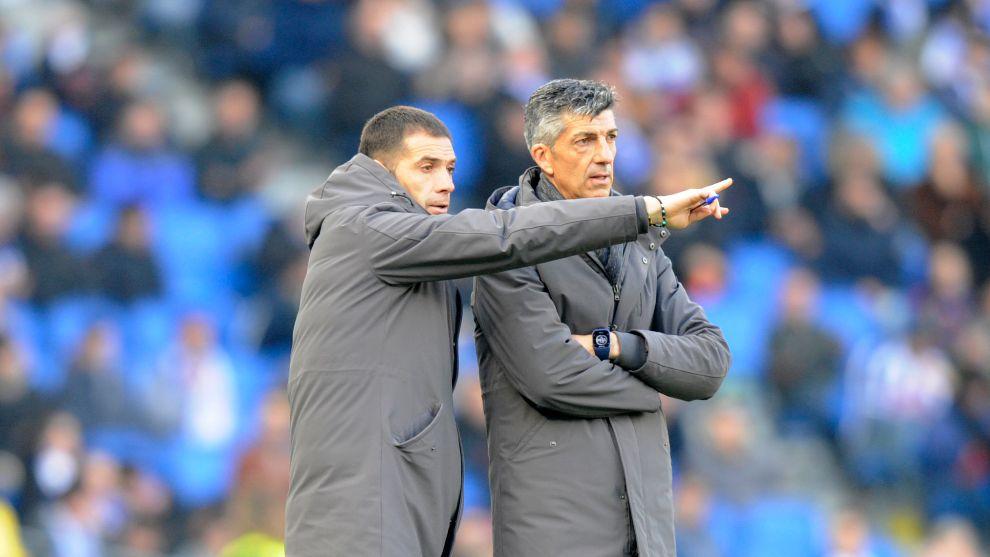 Imanol escucha a su ayudante Mikel Labaka, ante el Villarreal.