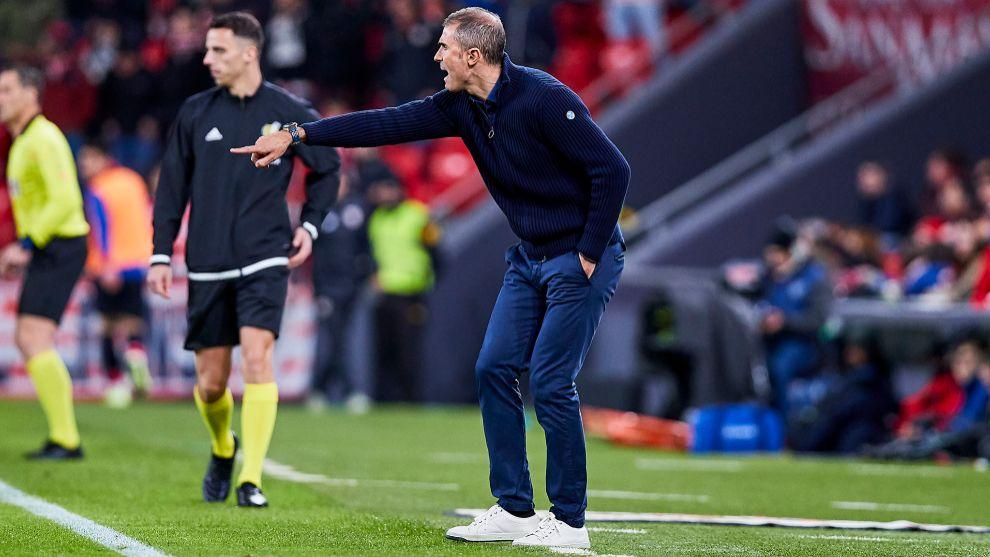 Garitano ordena al equipo en el último partido de Liga ante el Celta.