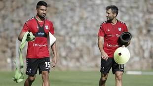 Dos Santos junto a Aitor Sanz en un entrenamiento del Tenerife  de...