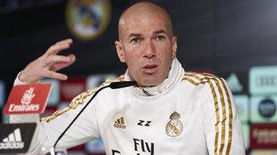 Zinedine Zidane, hablando en rueda de prensa.