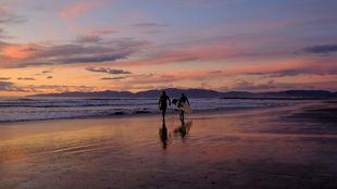 Surfistas en ua playa, en una imagen de archivo.