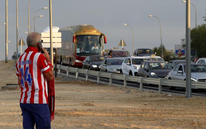 Atasco de vehículos antes de la celebración del partido Atlético de...