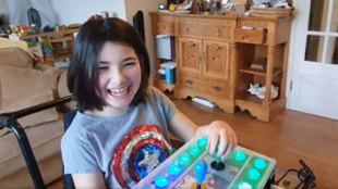 Un padre crea un mando a partir del Xbox Adaptive Controller para que...