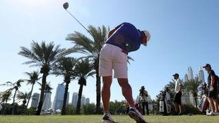 Lee Westwood en el campo de prácticas hoy en Dubái.
