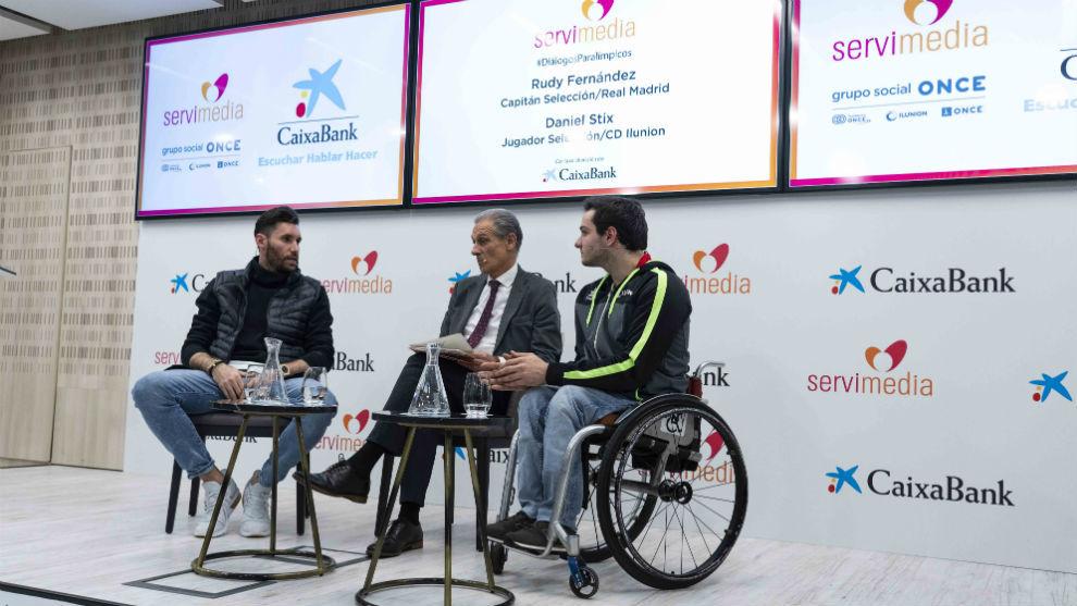 Rudy Fernández y Daniel Stix, durante su charla organizada por...