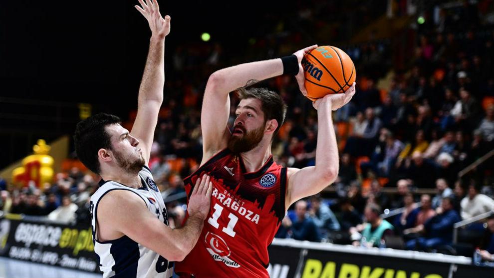 Nemanja Radovic protege el balón ante el acoso de un rival.