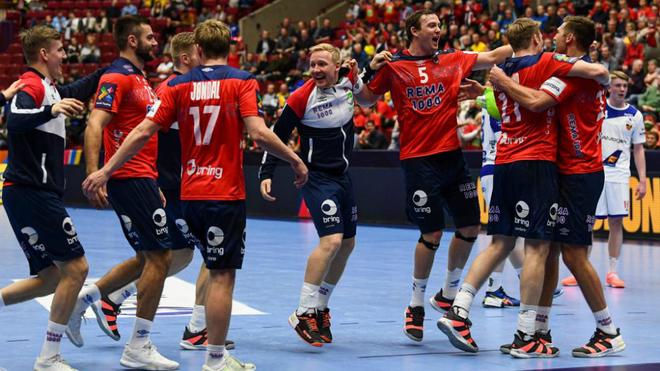 Los jugadores noruegos celebran su victoria ante Islandia /