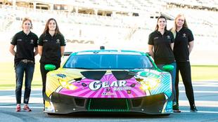 Tatiana Calderón con su equipo para las 24 horas de Daytona