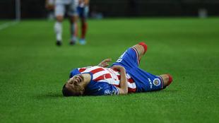 Uriel Antuna, tendido en el terreno de juego.