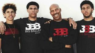 LaVar Ball junto a sus tres hijos Lonzo, LiAngelo y LaMelo
