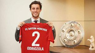 Álvaro Odriozola posa con la camiseta del Bayern.