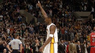 Kobe Bryant celebra sus 81 puntos ante los Raptors en 2006