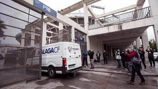 Una furgoneta del club entra en las instalaciones de La Rosaleda,...