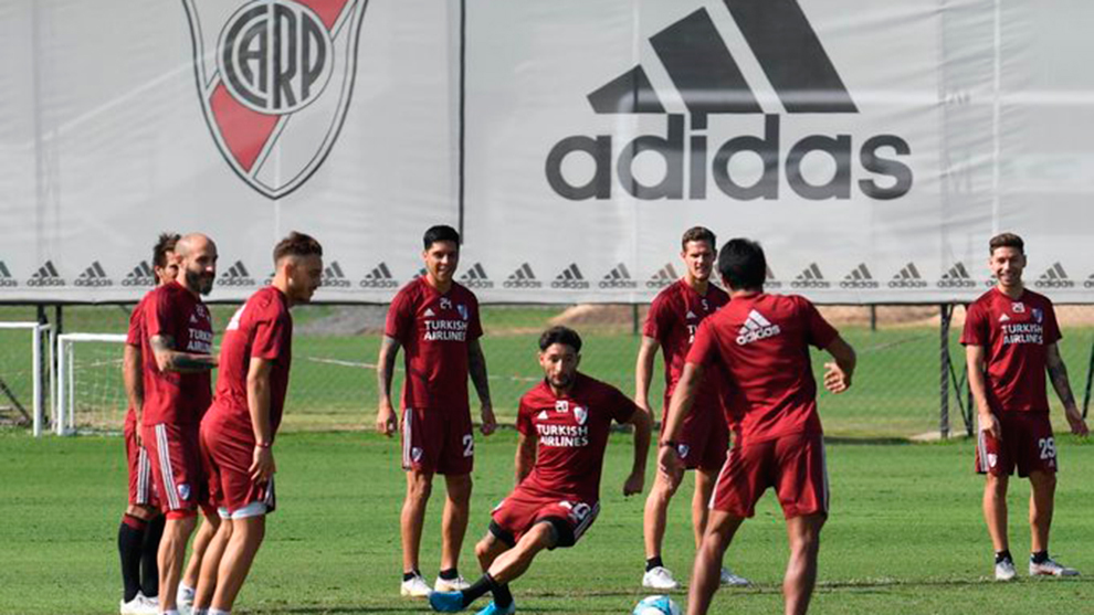 El plantel de River entrenando con su equipación de la marca alemana.