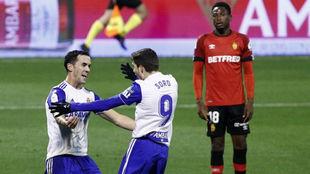 Linares y Soro se abrazan tras el gol del delantero.